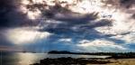 Sluneční paprsky nad mořem